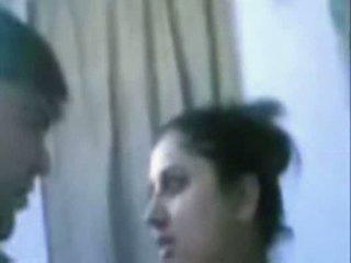 Indiane moshë e pjekur çift qirje shumë i vështirë në banjo