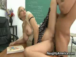 Mrs. julia ann screams як її студент pounding її
