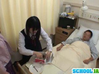 Ázsiai diáklány visits male barát -ban kórház mert egy