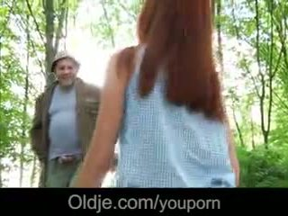 I vjetër perv fucks një fiery flokëkuqe në the pyll