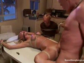 Terikat seks dengan banyak pria tied untuk sebuah bench dan kacau