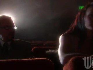 Noire haired goes à la cinéma pour une band envahir