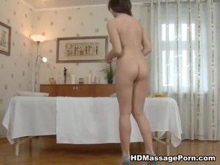 Чорна haired іграшки і bumped onto a масаж