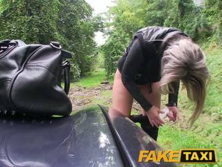 Faketaxi loira miúda fodido em dela pouco cona com cuecas em torno de pés