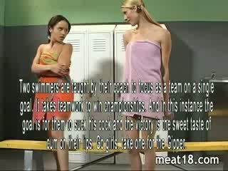 Two seksi remaja strip telanjang sebelum mereka mendapatkan fucked dan creampied dalam yang locker bilik