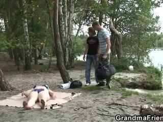 Xưa bà và boys thiếu niên có ba người outdoors, khiêu dâm d5