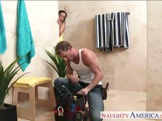 Секси съпруга jada stevens gets nailed в баня