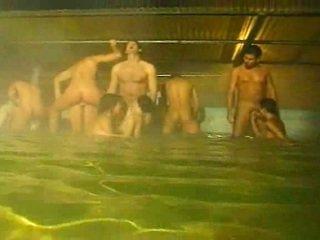 Piss: 狂歡 在 該 水池 和 桑拿