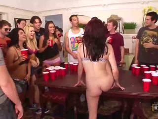 Full sex orgie med hot naken jenter knullet og licked på den bord