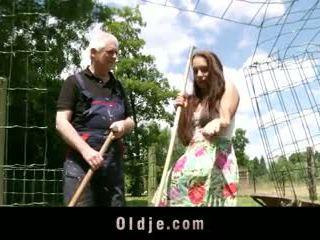 Viril oud farmer fucks peasant tiener met airs van diva
