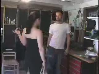 The mechanic gave a bagātie arrogant kuce ko viņa deserves