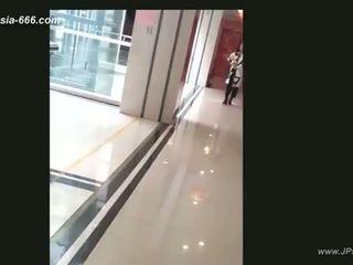 Kiinalainen tytöt mennä kohteeseen toilet.4