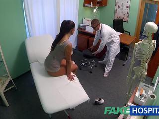 Fakehospital מלוכלך אמא שאני אוהב לדפוק סקס addict gets מזוין על ידי the רופא