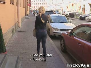 Tricky agent - beskjeden blondy turns til være virkelig starving til