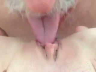 我 愛 吸吮 和 licking 的陰戶.