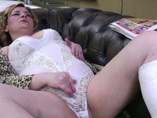 Mature aunty avec broken jambe et assoiffé cul et chatte