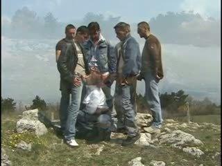 Pelirroja chavala gang-banged en la hill