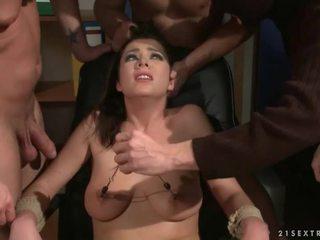 Trei guys punishing și futand o sclav fata