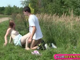 Busty nhợt nhạt teenager fucked lược outdoors