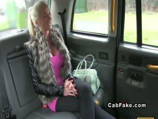 Gros seins finlandais blonde bangs en taxi anal réalité