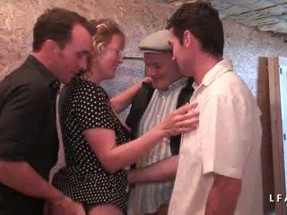 Зріла francaise se fait demonter le cul en груповий секс