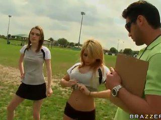 Liels titted blondīne futbols atskaņotājs madison ivy using viņai bumbulīši līdz būt captain