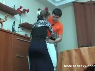 रशियन मोम कॉट उसकी बेटा masterbating