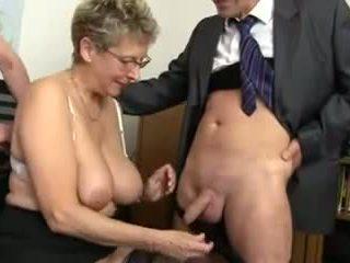 Ueberreife sekretaerin wird im buero doppelgebumst