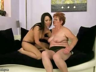 Бабуся і підліток having лесбіянка веселощі