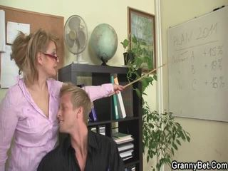 Sleaze משרד screwing לא הרבה מן מבוגרים female