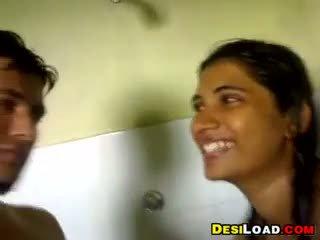 Ấn độ bạn gái giving một blowjob