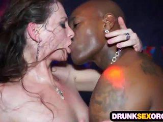 Slutty euro meninas a foder em o clube