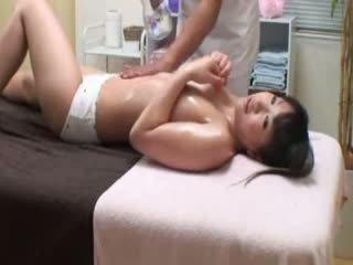 Hogeschool meisje reluctant orgasme door masseur