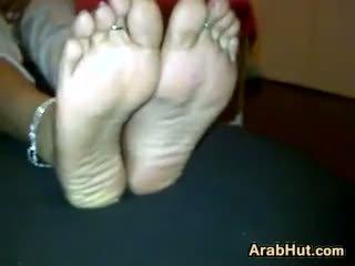 Arab perempuan menunjukkan mati dia cantik kaki