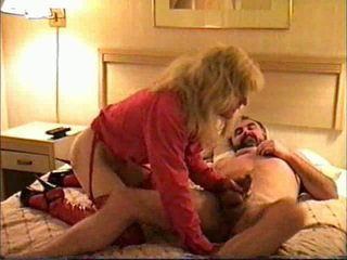 Transexual gave cap în o motel