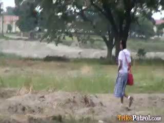 Filipina ученичка прецака outdoors в отворен област от туристически
