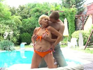 Vovó fucks next para um piscina, grátis 21 sextreme hd porno d5