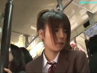 Kontors lady stimulated med vibratorn giving avsugning på henne knees på den tåg