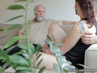 Ilona dhe të saj njeri are sharing një mirë kohë kur ai invites e tij më të vjetër mik mbi