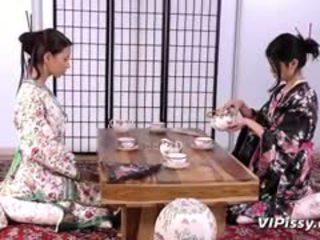 חרמן geisha sluts spray כל אחר עם warm piss ו - שימוש