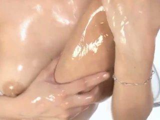 Kuuma öljytty aasialaiset milf maria enjoys petting