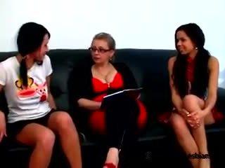 Two çeke adoleshencë came në shih e tyre mdtq mësues në mësoj disa lezbike tricks