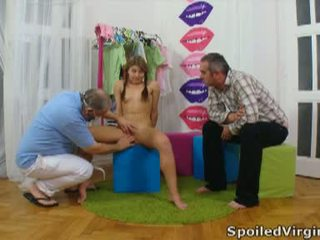Spoiled virgins: vene tüdruk has tema noor virgin tussu checked.