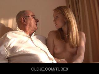 Uzbudinātas rūdmataina meitene gets a sekss pārdošana no an oldje