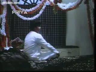 Desi suhaag raat masala video a vroče masala video featuring guy unpacking njegov žena na prva noč