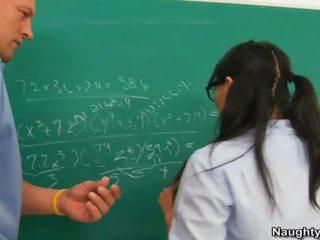 Asa akira jest banged przez nauczycielka na całowanie jego humps