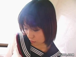 Youthful japans schoolmeisje gives haar 1st pijpen