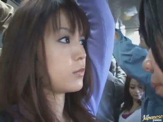 Debaixo da saia tiro de um gira chinesa em um crowded autocarro