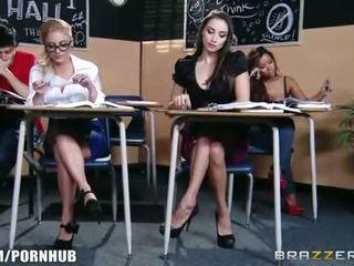 Stupéfiant brunette écolière seduces son chaud blonde classmate