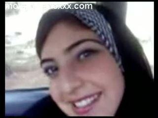 Graziosa arabo giovanissima spettacolo tette in auto